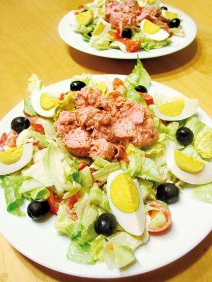 Velmi sytý salát s tuňákem -Ingredience 2 plechovky tuňáka ve vlastní šťávě 1/2 velké hlávky ledového salátu 3 vajíčka 10 cherry rajčátek 1/2 salátové okurky, nakrájené na drobné kousky 12 černých oliv na ozdobu 1 lžíce dobré majonézy špetka soli Příprava V míse smíchejte na drobno nakrájený ledový salát, cherry rajčátka nakrájená na čtvrtinky, okurku a lžící majonézy, vše promíchejte a osolte špetkou soli.