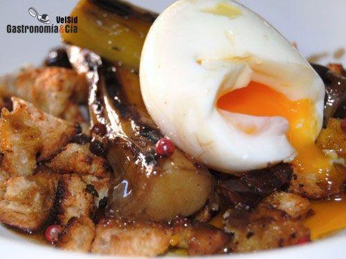 Huevo mollet con puerros al aroma de setas y migas crujientes