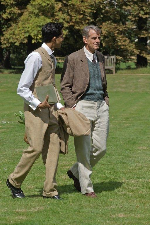 Da semplice mentore a studente prodigio, il rapporto tra  Ramanujan (Dev Patel) e il prof. Hardy (Jeremy Irons) diventerà col passare del tempo una sincera amicizia © Eagle Pictures