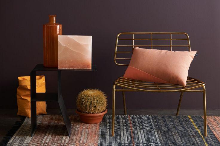 Bruin/aubergine zorgt hier voor een moderne basis, waarop goud, nude en pasteltinten een fijne contrastwerking hebben. Het kleed in dit interieur verbindt alle kleuren met elkaar!!