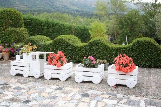 Muž premenil staré drevené debničky na ozdobu svojej záhrady. Pozrite sa ako: http://www.tojenapad.sk/kamarati-nasli-vyradeny-kablovy-bubon-pozrite-sa-co-z-neho-vytvorili/  #záhrada #garden #kvety #flowers #debny #tojenápad #DIY