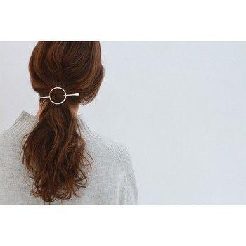 人気急上昇中のヘアアクセ、マジェステ。まとめ髪にかぶせてスティックで留めるだけで、簡単にこなれ感を演出できます。