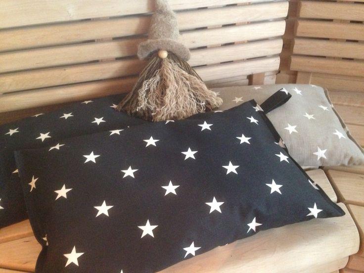 Saunatyyny mustasta tähtikankaasta. Tyyny täytetty styrox-rouheella.