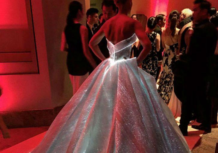 Светящееся платье будущего актрисы Клэр Дейнс
