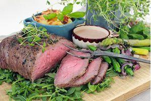 Timjanstekt ryggbiff med mandelpotatisgratäng, krämig balsamicosås & örtiga grönsaker