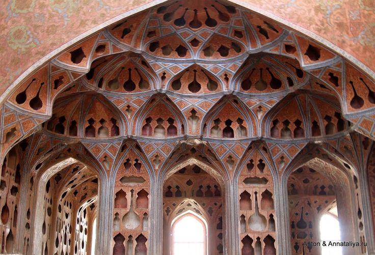 """Город мечетей ЮНЕСКО - Когда-нибудь я обязательно совершу кругосветное путешествие!    В Исфахане """" музыкальные комнаты - это не просто комнаты, это специальные комнаты. Самое интересное, что в них до сих пор остались стены и потолки - ведь именно они несли особую """"хитрость"""". И потолки, и стены здесь перекрыты этакими резными перегородками - для того, чтобы улучшить акустику"""""""