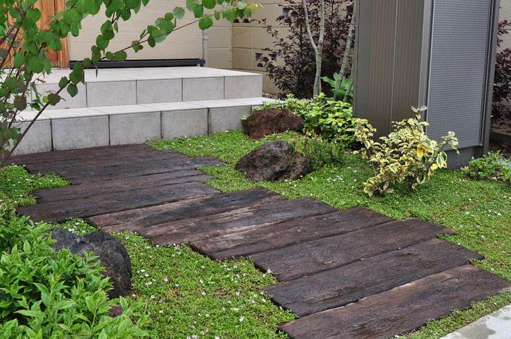 枕木アプローチ: 新美園が手掛けた庭です。