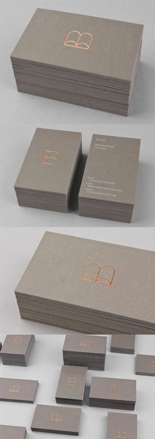Das ist zwar ein Stapel Visitenkarten - aber das Aussehen ließe sich doch auf eine Versandbox (für Visitenkarten?) übertragen... Minimalist Design Copper Hot Foil Stamped Logo On A Triplexed Business Card