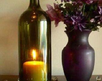 La botella de vino hermosa cubierta de vela de la lámpara de huracán de arte.  Hecho a mano de botellas de vino de reciclado, pero... ¡ tenemos altos estándares de calidad - botellas que no están cerca de perfecto ir a la papelera de reciclaje... no salen a usted! No tengo ningún problema de volver a cortar una botella cuando el proceso de limpieza revela anomalías. Soy muy exigente con lo que envían.  Mano corta y meticulosamente a mano borde lijado, pulido y biselado.  Cabe advertir…