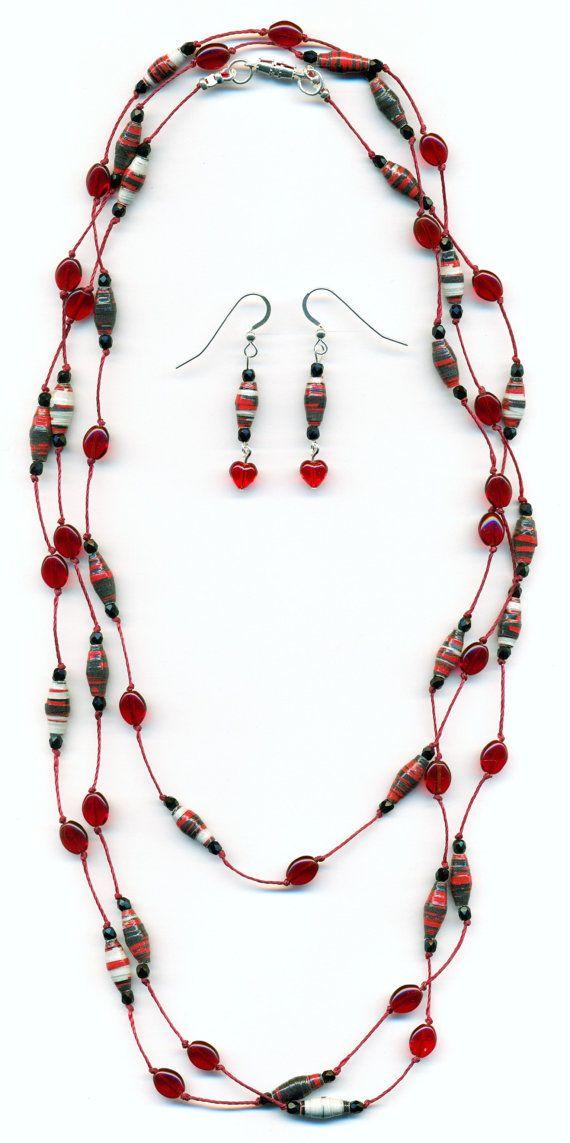 Conjunto de collar y pendientes hechos con cuentas de papel en rojo.