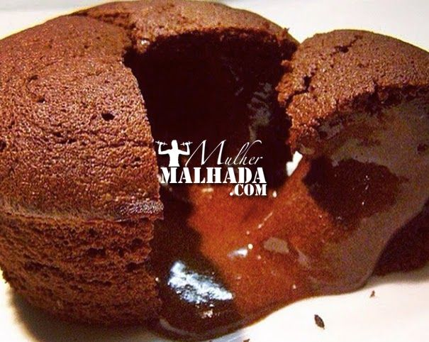 Receita de Petit Gateau Proteico  Receita de Petit Gateau Proteico:  Ingredientes:  - 1 banana; - 3 colheres de chá de óleo de coco; - 3 colheres de chá de fermento químico; - 3 colheres de chá de cacau em pó; - 3 colheres de chá de adoçante forno e fogão; - 3 colheres de sobremesa de farelo de aveia; - 1 e 1/2 scoop de Whey Protein de Chocolate  Modo de preparo:  Bata todos os ingredientes e leve ao microondas por 1 minuto.   Rende 3 porções.