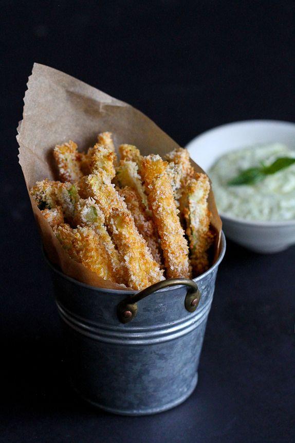 Fries al forno con zucchine Pesto yogurt salsa di immersione ... 112 calorie e 3 Weight Watchers PP | cookincanuck.com #recipe #vegetarian