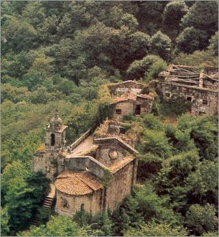 Monasterio de Caaveiro, en un recóndito lugar en medio de la Fraga do Eume, es icreiblemente bonito. A Coruña. España.