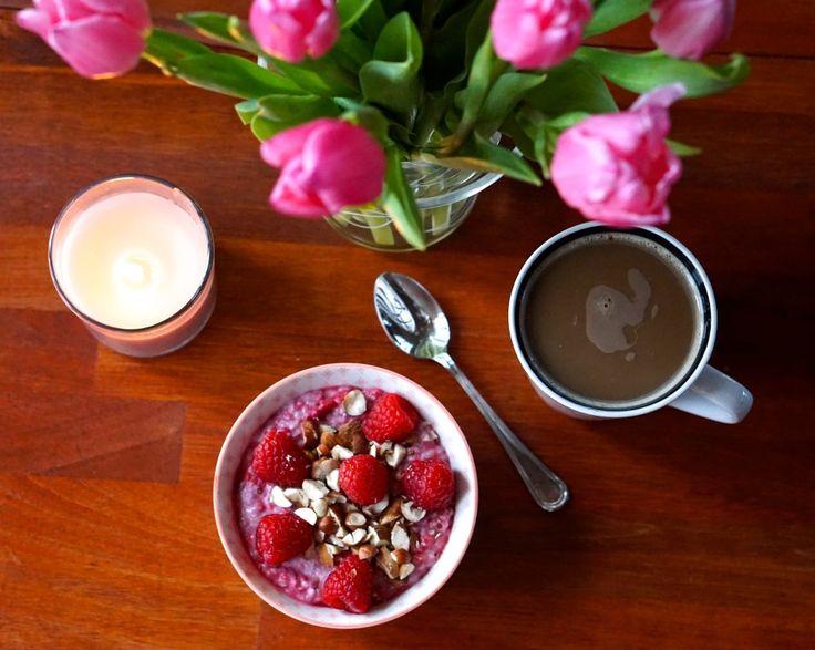 Lyserød morgenmadsgrød med chiafrø, kokosmælk og hindbær // Pink breakfast porridge with chia seeds, coconut milk and raspberries