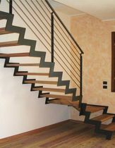 Escalier quart tournant à limon latéral (structure métallique et marches en bois)