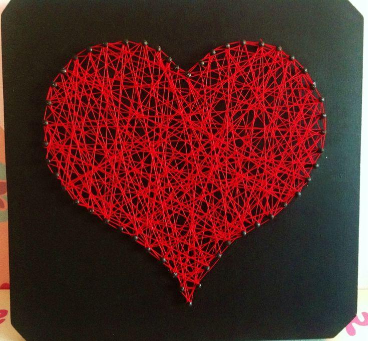 Un cadre Home Déco avec des clous et du fil pour un rendu romantique