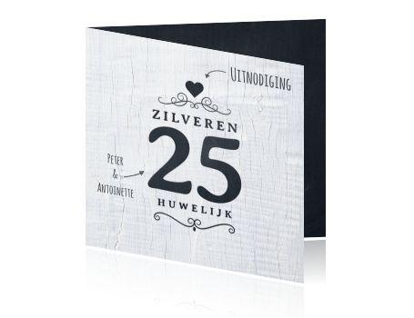 Hippe zilveren 25 jaar getrouwd jubileum uitnodigingskaart met jaartal en aan de binnenzijde modern krijtbord look met label en aan de buitenkant een witte houten achtergrond. Trendy kaart van Luckz.