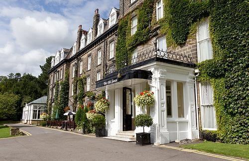"""Old Swan Hotel - Харрогейт, Великобритания Old Swan Hotel прославился тем, что в декабре 1926 года стал местом действия самого таинственного детектива Агаты Кристи. «Королева детектива», внезапно исчезнувшая 3 декабря 1926 г., в течение 11 дней жила в отеле «Swan Hydropathic Hotel (теперь Old Swan Hotel Старый лебедь») под именем миссис Нил из Кейптауна. Брала ванны в знаменитой водолечебнице Harrogate 's Royal Baths, Здесь сниамлся фильм """"Агата"""" Agatha 1979 (Vanessa Redgrave)"""