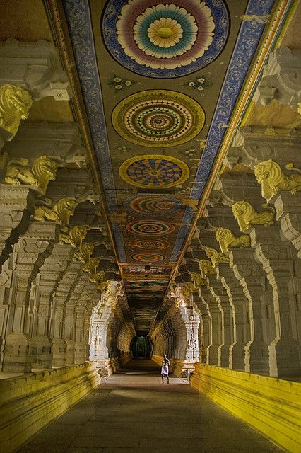 Corridor of one thousand pillars at Ramanathaswamy Temple, Tamil Nadu, India | (©Jayanth M, via flickr