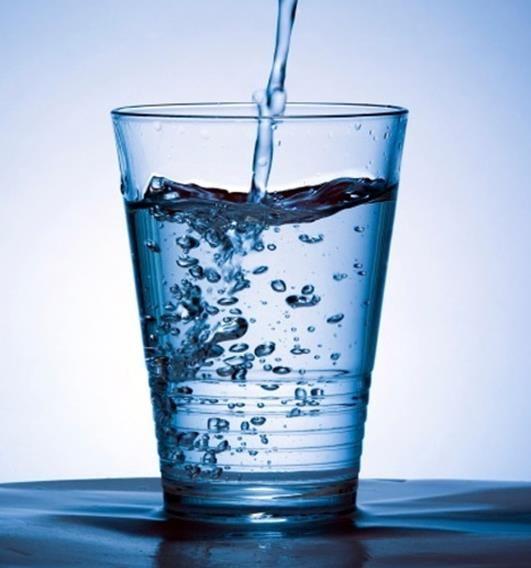 Avete mai provato a bere acqua a stomaco vuoto la mattina? Ecco perché iniziare subito!
