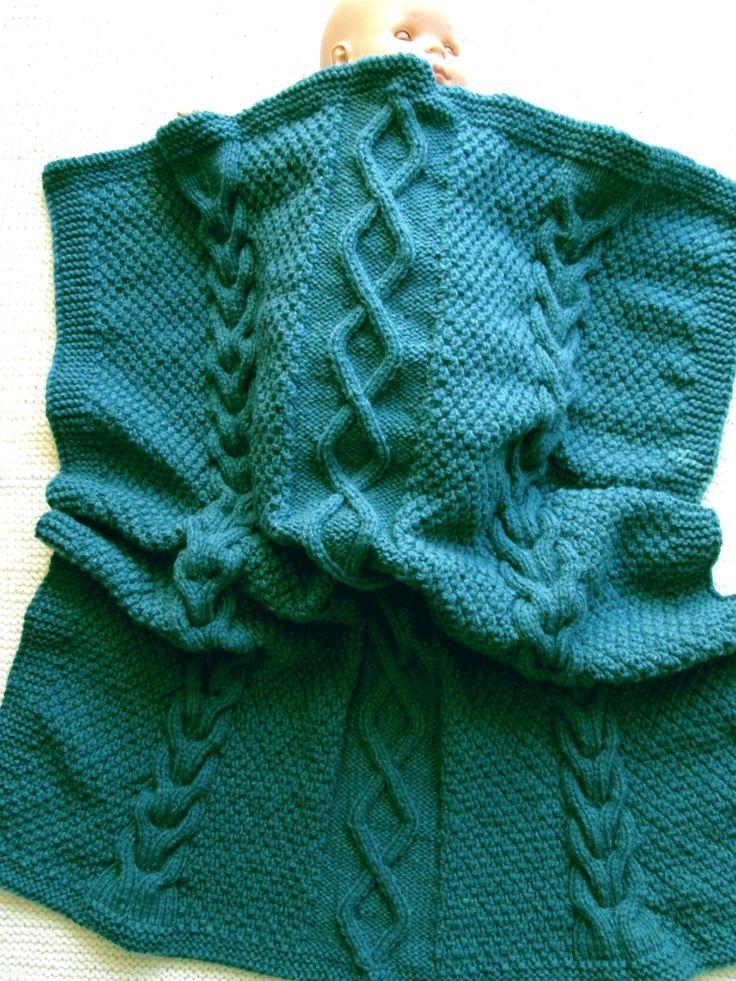 Couverture bébé tricotée main, torsades irlandaises, maille épaisse; couleur bleu canard. Dimentions. : 78 x 90 cm : Puériculture par babola