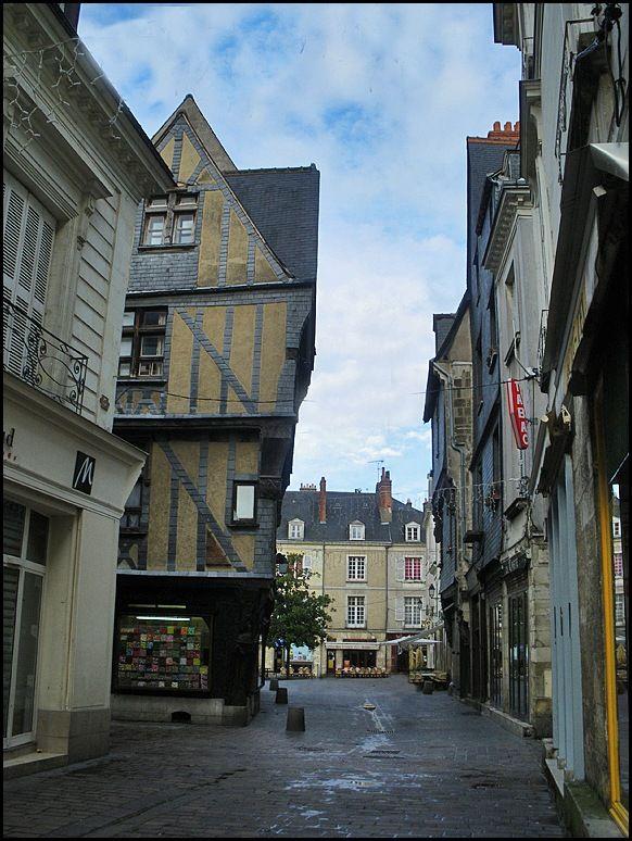 du côté de la Place Plumereau dans le Vieux-Tours #tourisme #campingcar