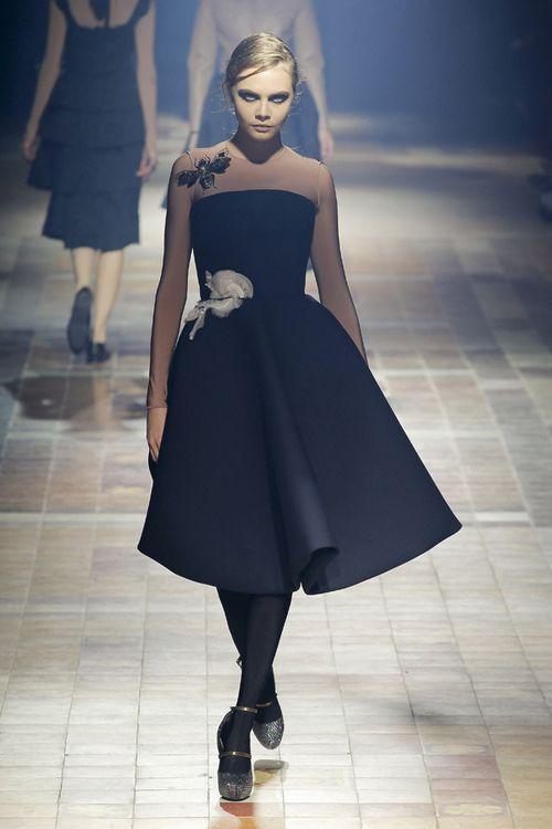 LANVIN: Acest model cu fustă amplă şi top fără umeri ilustrează un look glamour inspirat din moda anilor 50.
