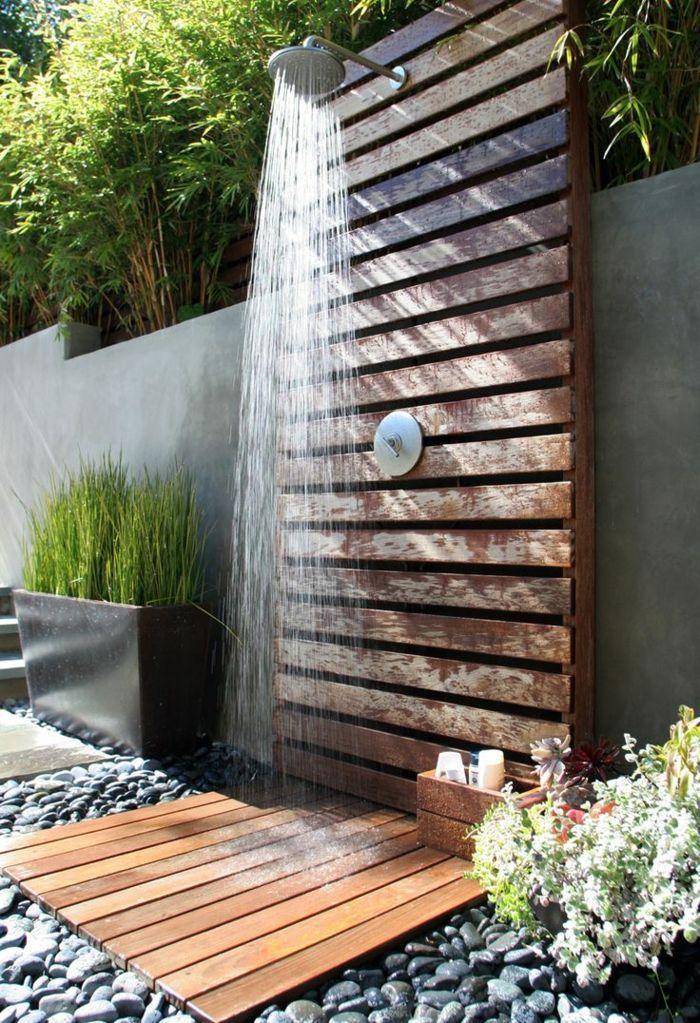 Die Dusche im Garten wird mit einem Sichtschutz kombiniert - perfekt! Steine rundherum lassen das Wasser gut abfließen und sorgen für langen Duschspaß!