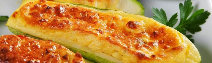 A töltött cukkininek számtalan fajtája van, és sok sajttal megsütve mindenki kedveli. Most olyan töltelék került bele, amit egyszerűen csak össze kell keverni, és már halmozhatjuk is a zöldségbe. Nagyon krémes, istenien finom a roppanósra sült cukkinivel!