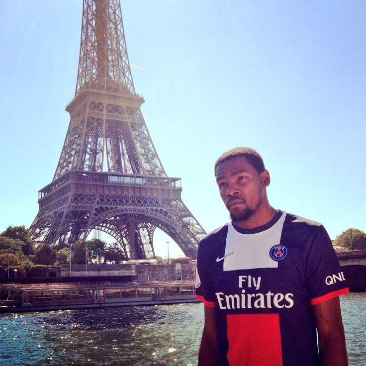 FOOTBALL | PARIS SG ■ A l'occasion d'une visite de Paris, Kevin Durant porte le maillot du PSG