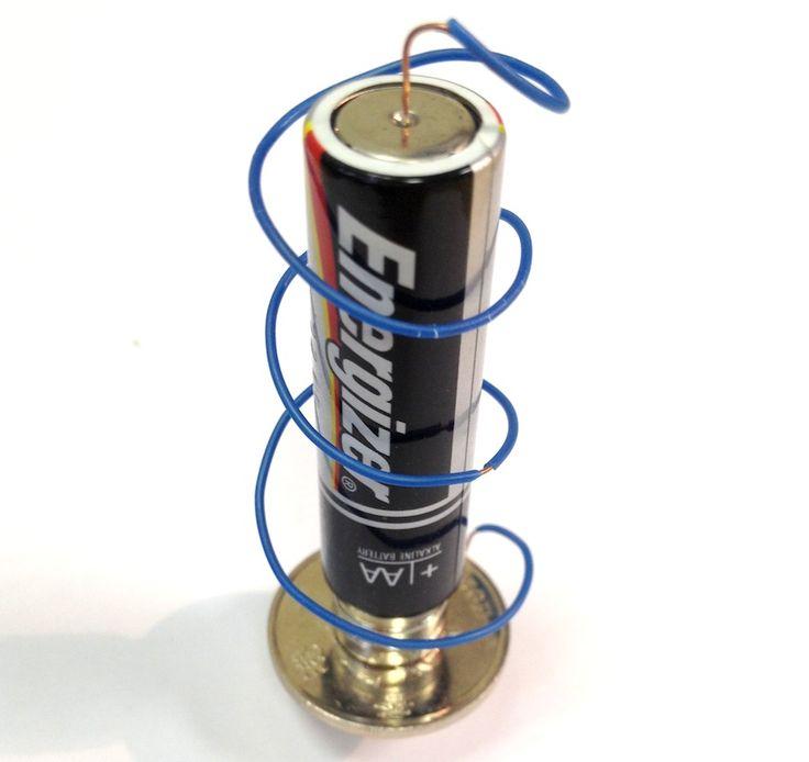 Parece mentira que un simple motor, a partir de unas monedas, una pila, unos imanes y un cable sea tan sencillo de hacer. Os animo a hacer este experimento