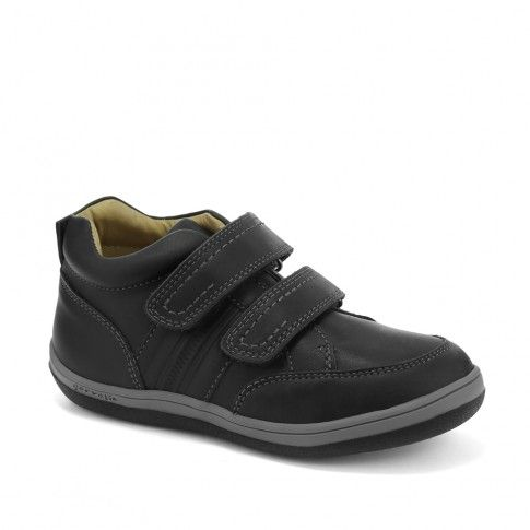 Pantofi din piele naturala, pentru baieti. Asigura o buna impermeabilitate pe timp de ploaie si se potrivesc foarte bine unei tinute vestimentare de scoala.