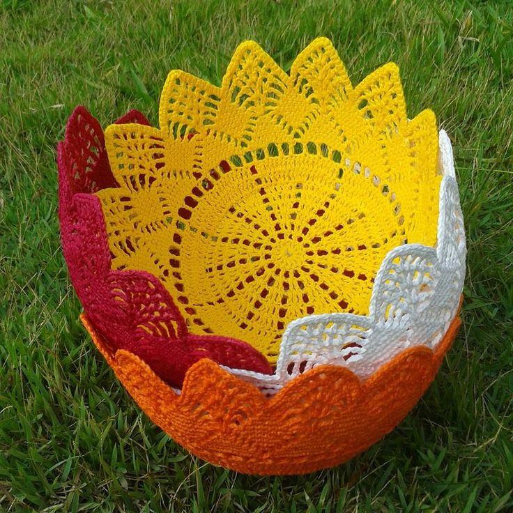 Cesta de crochê feita de fio de algodão. Pode ser encomendada em qualquer cor. Basta enviar uma mensagem com a cor desejada na hora de realizar a compra. Mede 25 cm de diâmetro e 12 cm de altura. Pode ser usada como fruteira, cesta de pão, cachepô para planta ou para guardar outros objetos.