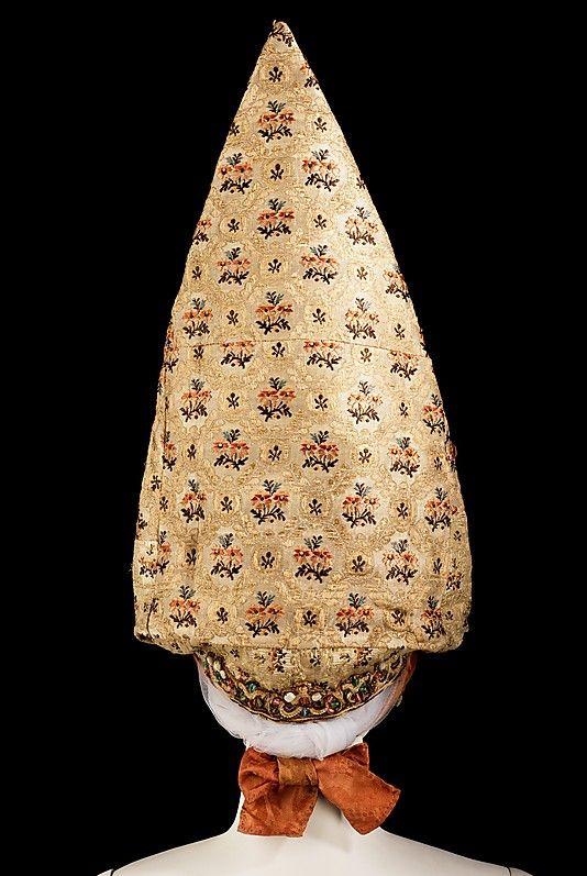 Россия. Калужский кокошник. Средина 19-го века. 21.6 x 105.4 см. Шёлк, жемчуг, металлическая нить, хлопок, бумага.