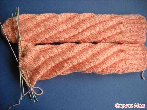 1. Носки по спирали вязать легко и быстро. Вяжем по кругу спицами. С этим способом вязания справятся и начинающие вязальщицы. Очень удобно для деток, т.к. носочки получаются фактически безразмерные.