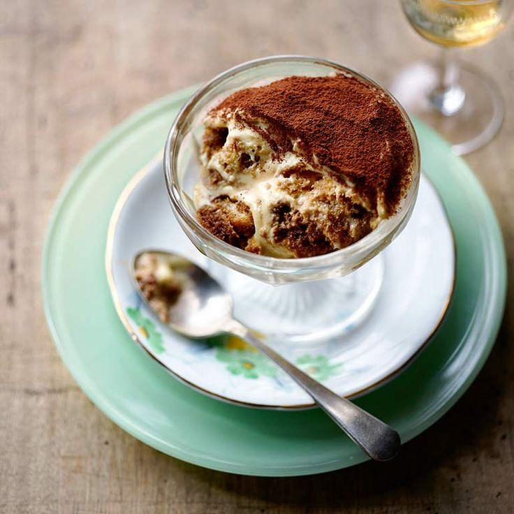 recepten/tiramisu-met-vanille-en-mascarpone Tiramisu is een van de bekendste - en naar onze mening lekkerste - desserts uit Italie. Je kunt er makkelijk je eigen draai aan geven door bijvoorbeeld limoncello te gebruiken in plaats van marsala, maar deze variant houden we klassiek. Serveer in 1 persoonsglazen of maak een grote schaal waar je porties uit schept.  1 Klop in een grote, brandschone kom de eiwitten stijf. Houd het eiwitschuim zolang apart.