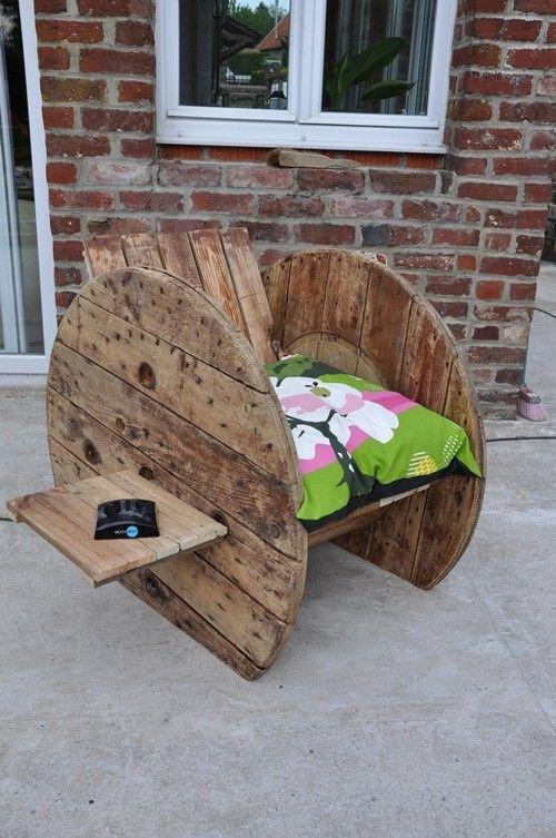 Avec ce fauteuil de createur épatez votre entourage et rompez avec la déco conventionnelle. Rien ne se créé, tout se transforme !  Réalisé à partir de Tourets récupérés chez les industriels , ce fauteuil est un autre exemple de produit upcycling.