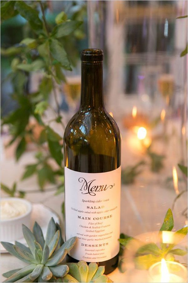 Une chouette idée : placer son menu sur une bouteille de vin