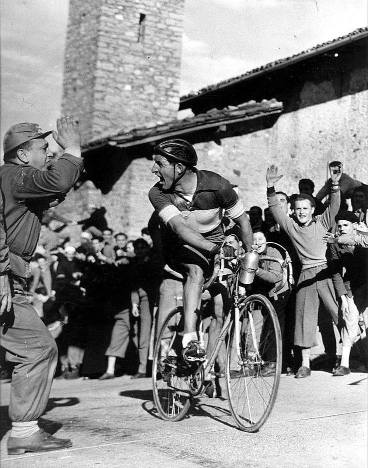 Giro di Lombardia 1952, 26 ottobre. Madonna del Ghisallo. Gino Bartali (1914-2000)
