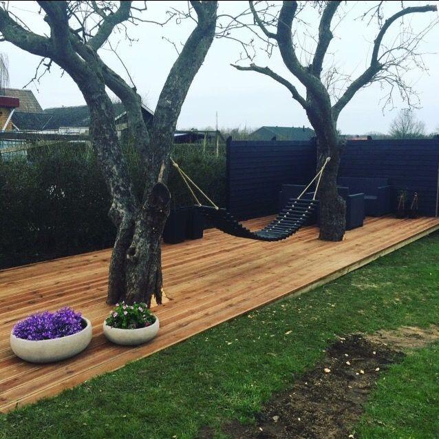 Hængekøje i levende træer. Pas på ikke at beskadige træet - giv det plads i terrassehullet til at vokse...