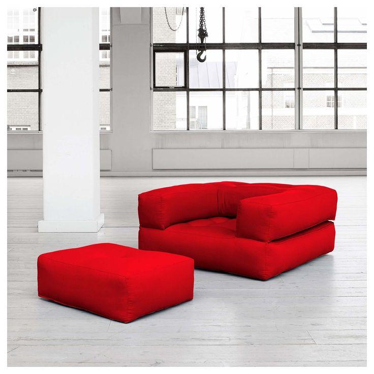 CUBE lenestol-seng. Perfekt for et hjem som verdisetter plassbesparende stil! Med bare en flip, påtar Cube en av fire figurer - en høy puff for snacks, spille brettspill eller bare slappe av, en stol sammen med en lav puff, en sjeselong med praktiske, brede armer, eller en flat, deilig seng for gjester.