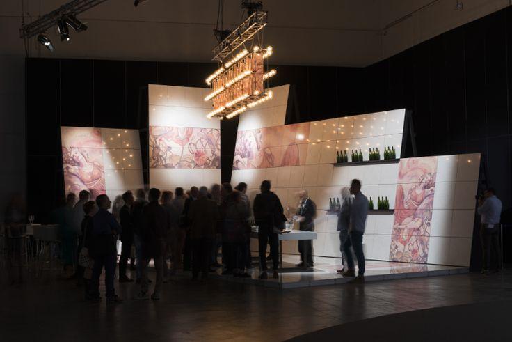Wine Bar – The Italian Stone Theatre. Wine Bar mette in scena un suggestivo allestimento che vede i magici acquerelli del maestro del fumetto Milo Manara trasferiti fedelmente su lastre di agglomerato di quarzo #Marmomacc #Marble #Stone #Design #Verona #Winebar http://architetturaedesign.marmomacc.com/the-italian-stone-theatre/le-sperimentazioni-litiche/w-wine-bar/