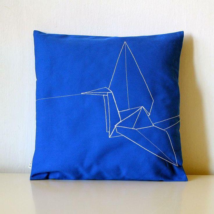 """Leť se mnou 5 - polštář malý modrý Autorský polštář """"Leť se mnou 3"""" pro denní odpočinek s motivem jeřábu. Jeřáb je nejčastější japonský motiv v origami. Legenda říká, že tomu, kdo složí 1000 jeřábů, se splní jakékoli přání. Design pro Váš domov. Velikost 35 x 35 cm. Limitovaná kolekce 10 ks. Polštář osobně vyšívám (klasickým strojem), takže se může ..."""