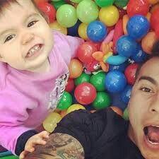 Edu y su hijita jugando con las pelotitas de juego