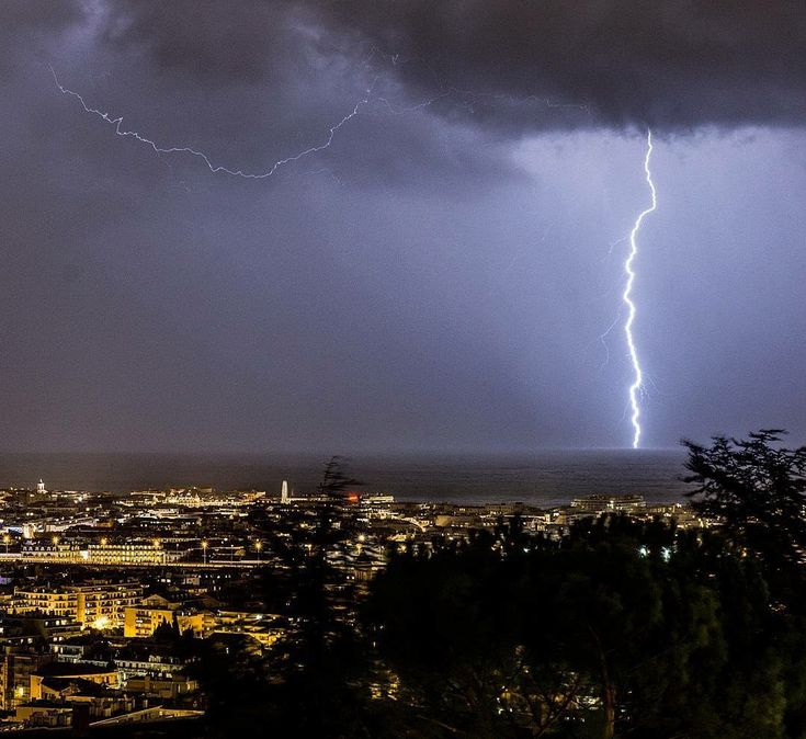 CG lightning over the northern Mediterranean off the coast of Nice, SE France Jan 8, 2018 Report: masd3306 IG / Météo-Contact