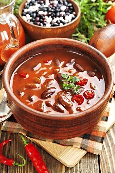 Fazole podušené na cibulovém základě se slaninou, chilli papričkou, šunkou, rajčaty a kořením.
