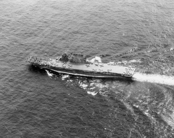 """Вид сверху на американский авианосец «Саратога» (USS Saratoga, CV-3) в море. На палубе корабля находяться пикирующие бомбардировщики SBD «Донтлесс» (Douglas SBD Dauntless) и истребители F6F """"Хэллкет"""" (Grumman F6F Hellcat)."""