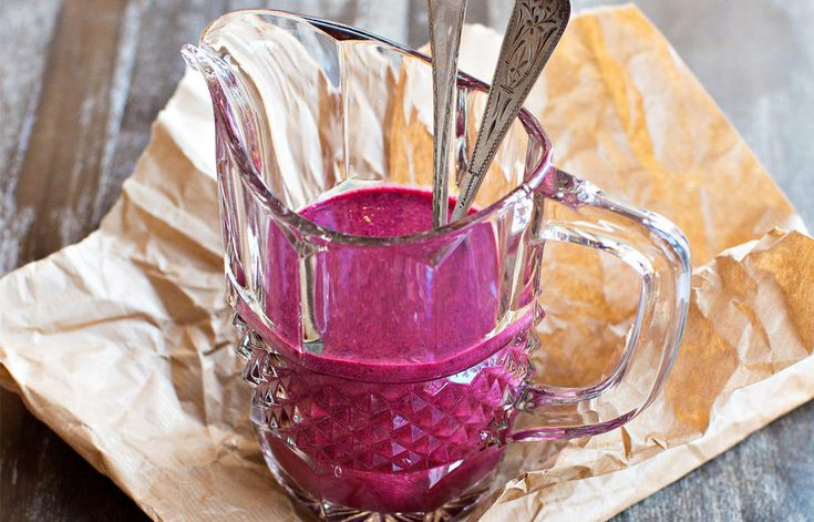 Denne næringsrike og smakfulle smoothien har ikke fått navnet frokost i ett glass uten grunn. - Dette er en energirik frokost som gir kroppen en god start på dagen. Glasset inneholder et fullverdig måltid med fett, karbohydrater og proteiner, som holder deg mett. Müslien gir litt tyggemotstand, hvis du ikke blender den altfor hardt, forklarer juiceekspert Vibeke Blomvågnes. Oppskriften er hentet fra boken «Bare juice det» av Vibeke Blomvågnes. Foto: Christin Eide