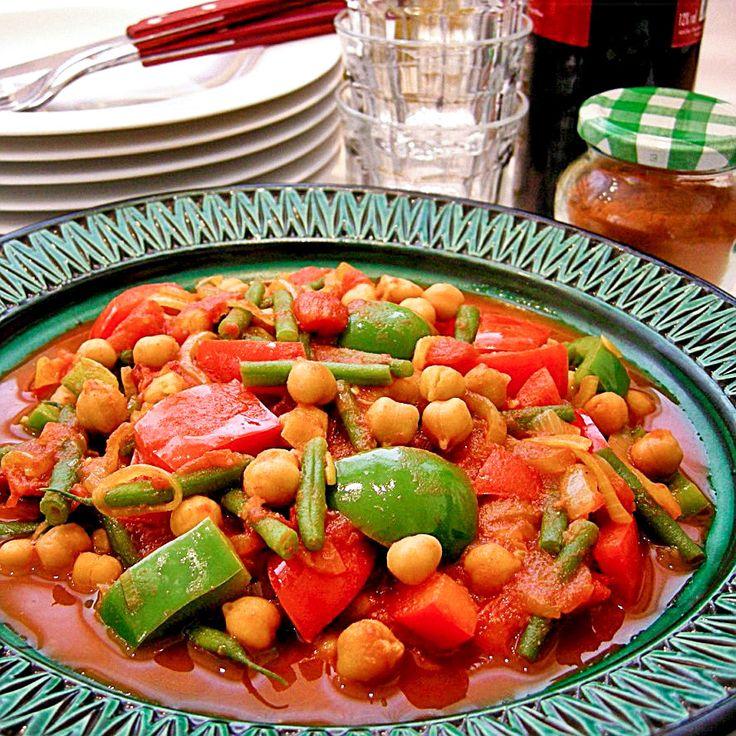 Deze gemengde groenteschotel met ras-el-hanout smaakt heerlijk met gegerilde merguez-worstjes en gekruide couscous!