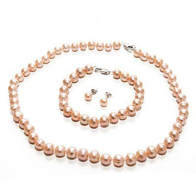 Perlový komplet Pink Cenově zvýhodněný a především elegantní perlový komplet složený z náhrdelníku, náramku a náušnic ze sladkovodních perel meruňkovo, lososové barvy.